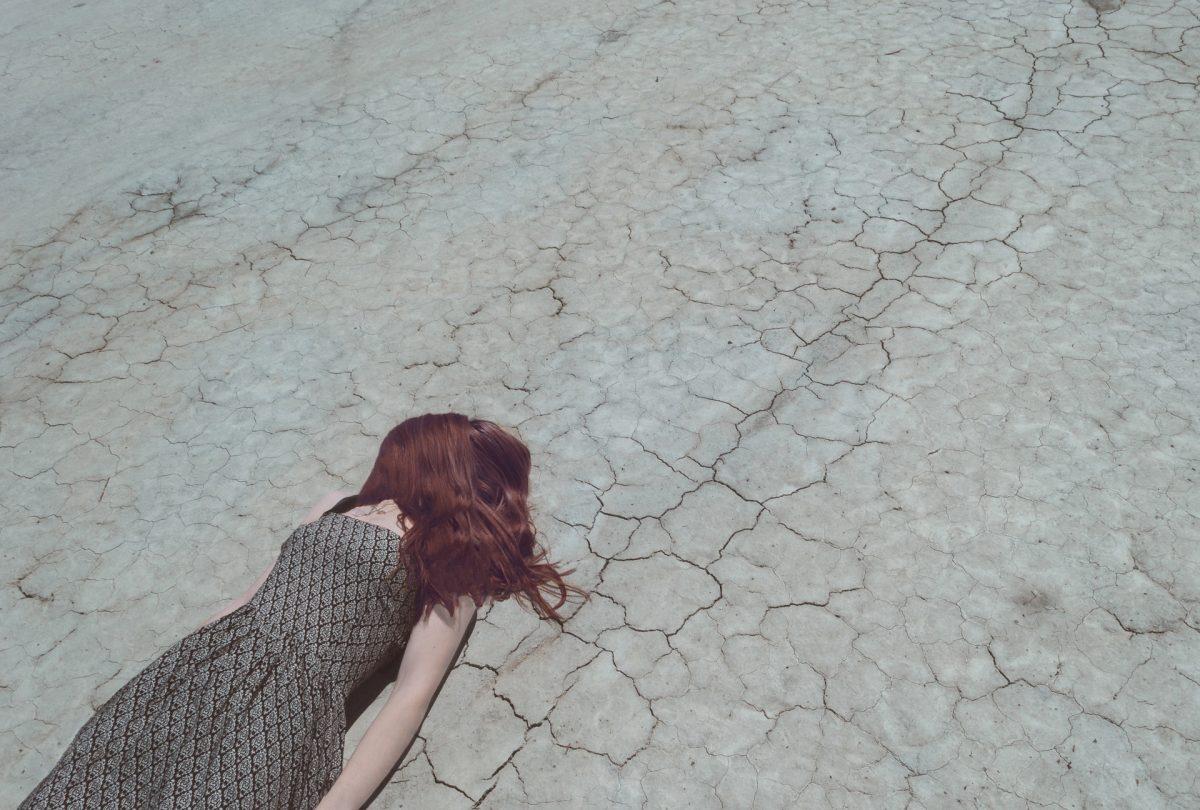 donna distesa asfalto stress