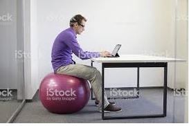 uomo seduto con postura errata su palla