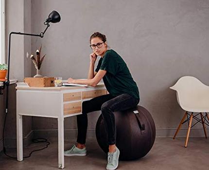 donna seduta su palla di tela
