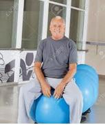 uomo seduto su palla gonfiabile