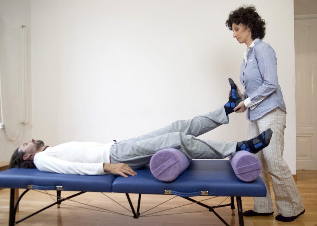 seduta Feldenkrais a paziente sul lettino
